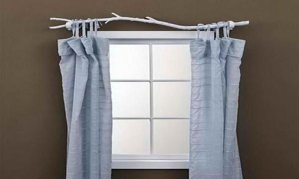 """Căn phòng này còn mang cả 2 nhành cây thay cho những dây rèm, tuy nhiên bạn cũng nên chú ý không nên """"kéo ra kéo vào"""" liên tục để tránh thay rèm """"như cơm bữa nhé"""""""