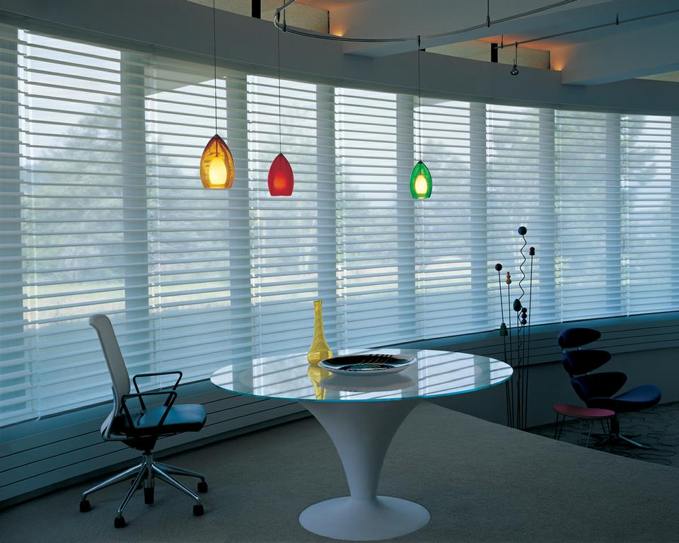 Việc lắp đặt các mẫu rèm chớp trong phòng khách sẽ giúp cho căn phòng trở nên hiện đại hơn