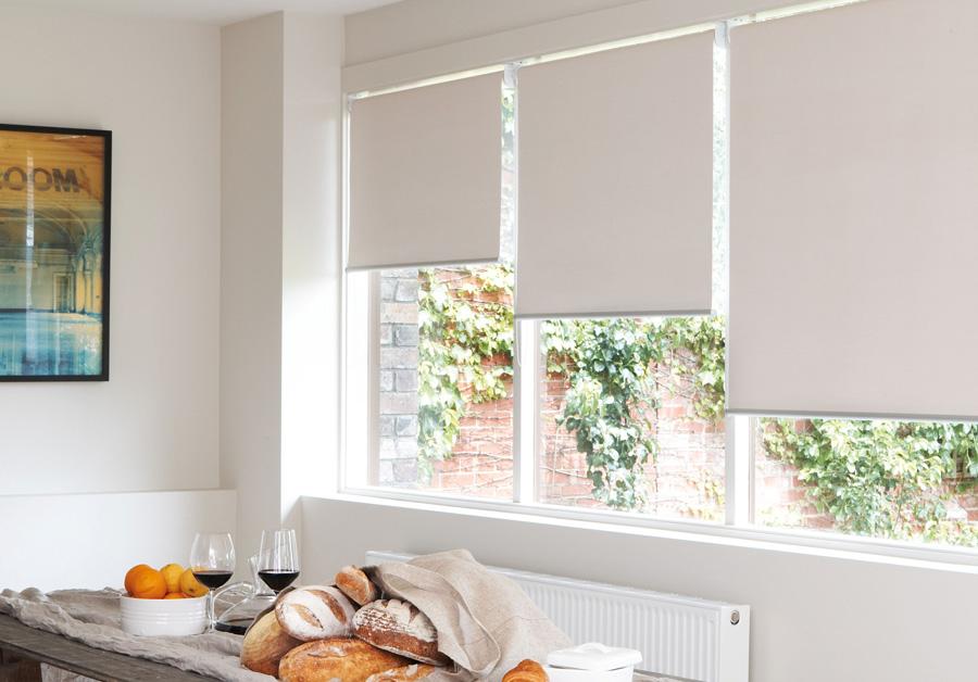 Rèm cuốn đồng bộ với nội thất màu trắng sẽ góp phần làm tăng lên vể kiến trúc mà đã làm nên vẻ tự hào cho ngôi nhà.